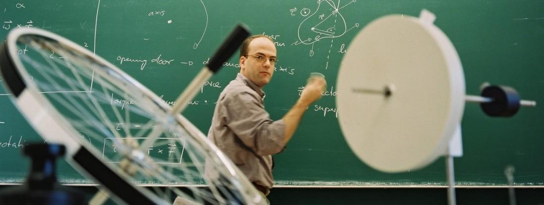 Prof. Jürgen Fritz, Professor of Biophysics während eines Seminars.